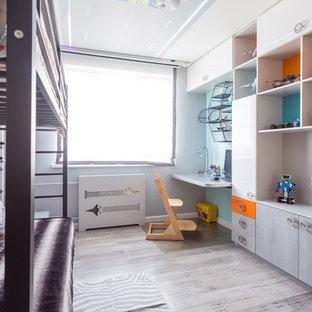 Idee per una cameretta da bambino da 4 a 10 anni design di medie dimensioni con pareti grigie, pavimento in bambù e pavimento grigio