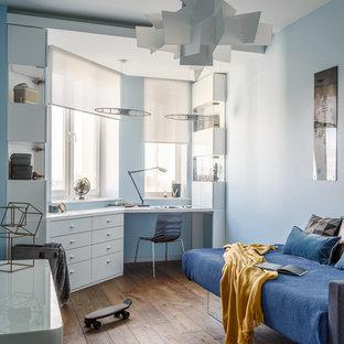 Идея дизайна: детская в современном стиле с синими стенами, паркетным полом среднего тона, коричневым полом и спальным местом для подростка, мальчика