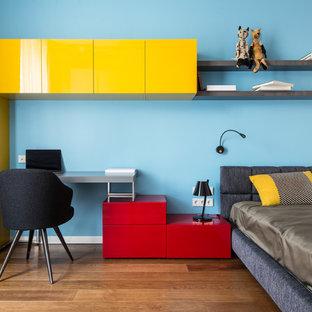 Стильный дизайн: нейтральная детская в современном стиле с спальным местом, синими стенами, паркетным полом среднего тона и коричневым полом - последний тренд