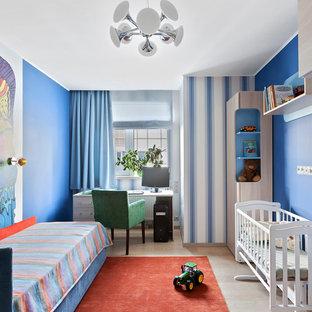Новые идеи обустройства дома: детская в современном стиле с синими стенами, светлым паркетным полом и бежевым полом