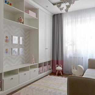 Стильный дизайн: детская в современном стиле с паркетным полом среднего тона и коричневым полом для девочки - последний тренд