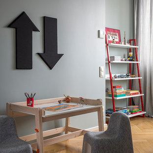 Стильный дизайн: нейтральная детская в стиле современная классика с рабочим местом, паркетным полом среднего тона и серыми стенами для ребенка от 1 до 3 лет - последний тренд