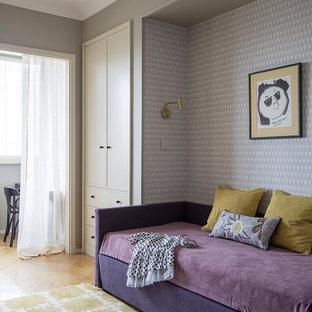 Неиссякаемый источник вдохновения для домашнего уюта: детская в стиле современная классика с спальным местом, паркетным полом среднего тона и разноцветными стенами для ребенка от 4 до 10 лет, девочки