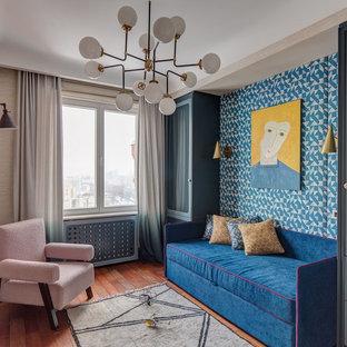 Стильный дизайн: детская в стиле фьюжн с синими стенами, паркетным полом среднего тона и коричневым полом - последний тренд
