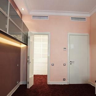 Imagen de dormitorio infantil actual, pequeño, con escritorio, paredes rosas, suelo de madera pintada y suelo rojo