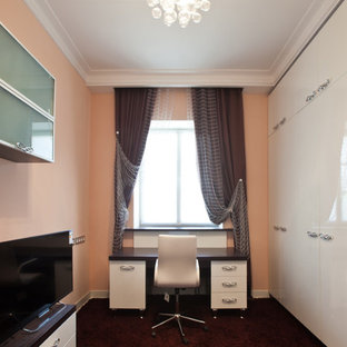 Inspiration för små moderna barnrum kombinerat med skrivbord, med rosa väggar, målat trägolv och lila golv