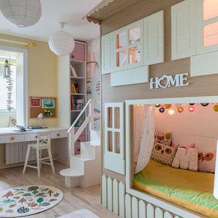 Пример оригинального дизайна: детская в современном стиле с спальным местом, желтыми стенами и бежевым полом