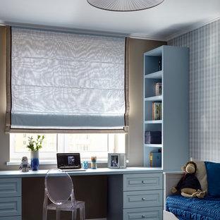Imagen de habitación infantil unisex clásica renovada con escritorio y paredes multicolor