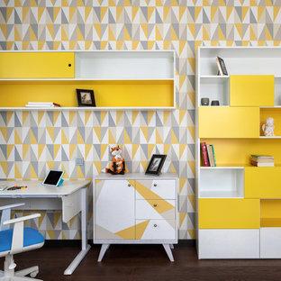 Стильный дизайн: большая нейтральная детская в современном стиле с коричневым полом, рабочим местом, разноцветными стенами и темным паркетным полом для ребенка от 4 до 10 лет - последний тренд