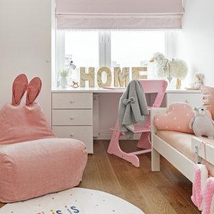 Свежая идея для дизайна: детская в современном стиле с белыми стенами, паркетным полом среднего тона и коричневым полом для девочки - отличное фото интерьера