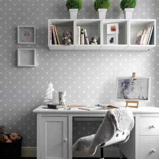 Exempel på ett mellanstort modernt flickrum kombinerat med skrivbord och för 4-10-åringar, med flerfärgade väggar, mörkt trägolv och brunt golv