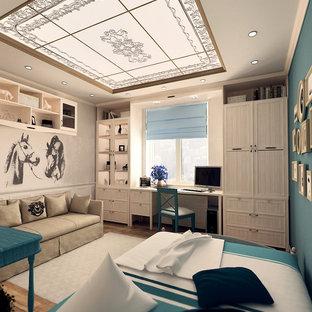 Bild på ett mellanstort medelhavsstil barnrum kombinerat med sovrum, med beige väggar, målat trägolv och brunt golv
