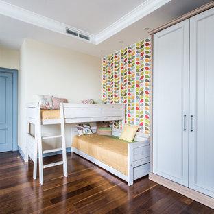 На фото: со средним бюджетом нейтральные детские среднего размера в стиле современная классика с спальным местом, разноцветными стенами, темным паркетным полом и коричневым полом для ребенка от 4 до 10 лет