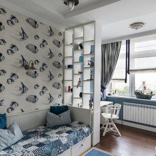 Inspiration för små klassiska barnrum, med blå väggar och rött golv