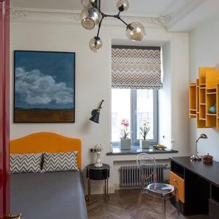 Immagine di una cameretta per bambini chic di medie dimensioni con pareti bianche e pavimento in legno massello medio