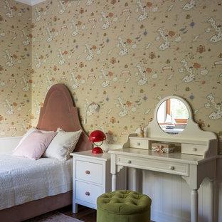 Неиссякаемый источник вдохновения для домашнего уюта: детская в стиле фьюжн с спальным местом, бежевыми стенами, темным паркетным полом и коричневым полом для девочки