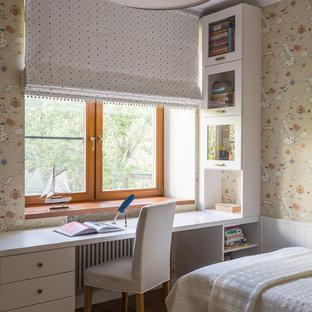 Modernes Kinderzimmer mit Arbeitsecke, beiger Wandfarbe, dunklem Holzboden und braunem Boden in Moskau