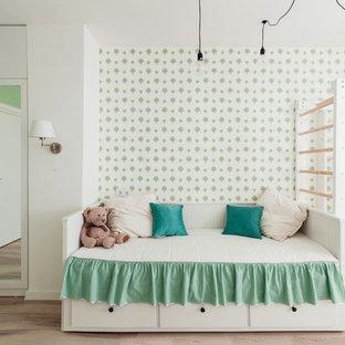 Пример оригинального дизайна: детская в стиле неоклассика (современная классика) с белыми стенами, светлым паркетным полом и бежевым полом для девочки