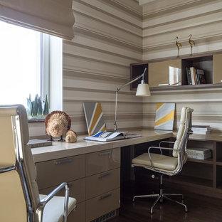 Immagine di una cameretta per bambini da 4 a 10 anni contemporanea di medie dimensioni con pareti beige, pavimento marrone e parquet scuro