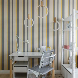 На фото: нейтральная детская среднего размера в современном стиле с рабочим местом, разноцветными стенами, светлым паркетным полом и бежевым полом для подростка с