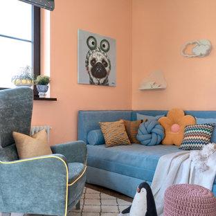 Réalisation d'une chambre d'enfant de 4 à 10 ans tradition de taille moyenne avec un mur orange et un sol en bois brun.