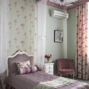 Aménagement d'une chambre d'enfant de 4 à 10 ans classique avec un mur vert, moquette et un sol gris.