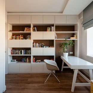 Новый формат декора квартиры: нейтральная детская среднего размера в современном стиле с рабочим местом, бежевыми стенами, полом из винила и коричневым полом для подростка