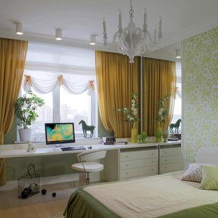 Ejemplo de dormitorio infantil clásico renovado, de tamaño medio, con paredes verdes, suelo beige y suelo de madera clara