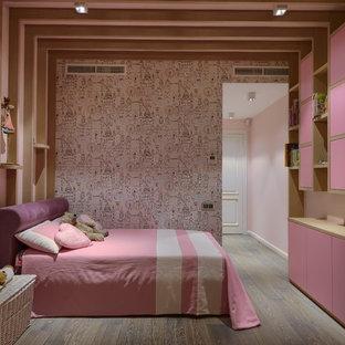 На фото: детская в современном стиле с спальным местом, розовыми стенами, паркетным полом среднего тона и коричневым полом для девочки с