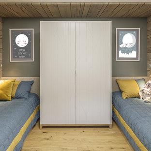 Свежая идея для дизайна: детская в современном стиле с спальным местом, серыми стенами, светлым паркетным полом и бежевым полом для мальчика - отличное фото интерьера