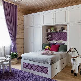 Idéer för ett klassiskt flickrum kombinerat med sovrum och för 4-10-åringar, med beige väggar, mellanmörkt trägolv och brunt golv