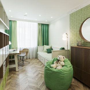 Imagen de dormitorio infantil nórdico con suelo laminado, paredes blancas y suelo marrón