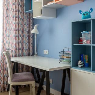 Стильный дизайн: нейтральная детская в современном стиле с рабочим местом, синими стенами, паркетным полом среднего тона и коричневым полом - последний тренд