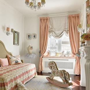 Неиссякаемый источник вдохновения для домашнего уюта: детская в классическом стиле с спальным местом, белыми стенами и темным паркетным полом для ребенка от 4 до 10 лет, девочки