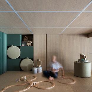 Immagine di una piccola cameretta per bambini da 4 a 10 anni minimalista con pareti beige, pavimento in legno massello medio, pavimento beige, soffitto in legno e pannellatura