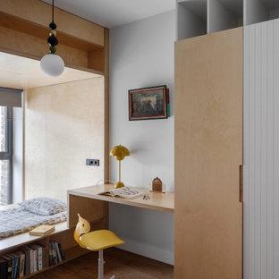 Стильный дизайн: детская в стиле лофт с спальным местом, серыми стенами, паркетным полом среднего тона и коричневым полом - последний тренд