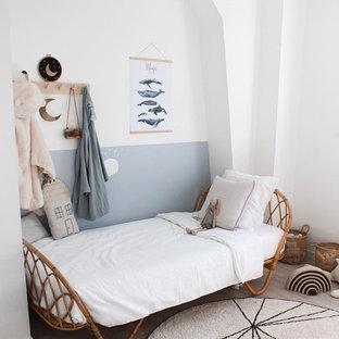 Стильный дизайн: нейтральная детская в скандинавском стиле с спальным местом, белыми стенами, паркетным полом среднего тона и бежевым полом - последний тренд