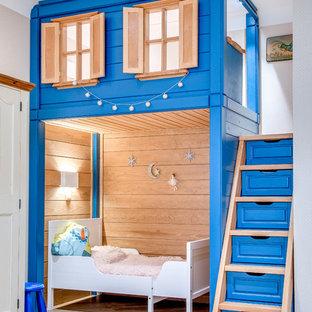 Стильный дизайн: детская в стиле кантри с спальным местом, бежевыми стенами, светлым паркетным полом и бежевым полом для ребенка от 1 до 3 лет, девочки - последний тренд