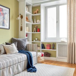 Свежая идея для дизайна: детская в стиле современная классика с зелеными стенами, паркетным полом среднего тона и коричневым полом - отличное фото интерьера