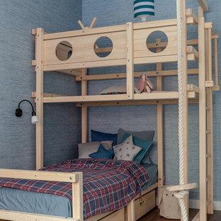 Свежая идея для дизайна: детская в морском стиле с спальным местом, синими стенами, паркетным полом среднего тона и коричневым полом для мальчика - отличное фото интерьера