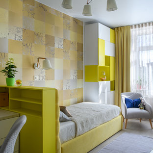 Inredning av ett modernt mellanstort flickrum kombinerat med sovrum och för 4-10-åringar, med laminatgolv, grått golv och gula väggar