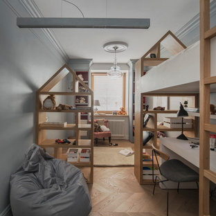 Modelo de habitación de niña de 4 a 10 años, escandinava, con escritorio, paredes grises, suelo de madera en tonos medios y suelo beige