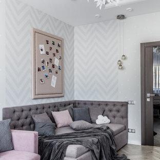Ispirazione per una cameretta per bambini contemporanea di medie dimensioni con pareti grigie, pavimento in laminato, pavimento grigio e soffitto ribassato