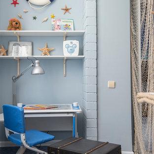 Новые идеи обустройства дома: нейтральная детская в морском стиле с рабочим местом, синими стенами и ковровым покрытием для ребенка от 4 до 10 лет