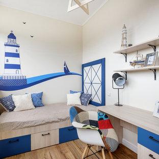 Стильный дизайн: детская в морском стиле с спальным местом, бежевыми стенами, паркетным полом среднего тона и коричневым полом - последний тренд