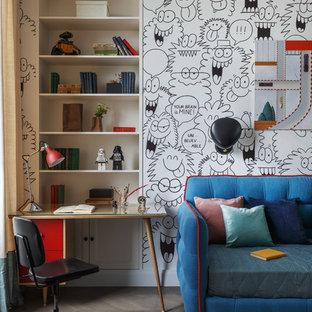 Пример оригинального дизайна: нейтральная детская среднего размера в современном стиле с рабочим местом, разноцветными стенами и темным паркетным полом для ребенка от 4 до 10 лет