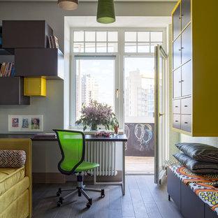 Idéer för ett modernt könsneutralt barnrum kombinerat med skrivbord, med vita väggar, mörkt trägolv och svart golv
