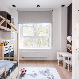 Пример оригинального дизайна: детская в современном стиле с спальным местом, белыми стенами, паркетным полом среднего тона и коричневым полом для ребенка от 4 до 10 лет, мальчика