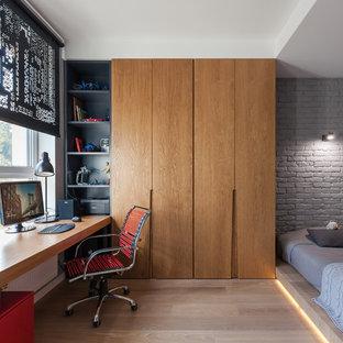 Idee per una cameretta per bambini contemporanea con pareti grigie, parquet chiaro e pavimento beige