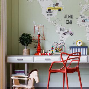 Свежая идея для дизайна: детская в современном стиле с рабочим местом, зелеными стенами, паркетным полом среднего тона и коричневым полом - отличное фото интерьера